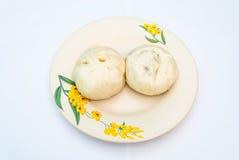 Δύο κομμάτια της κινεζικής βρασμένης στον ατμό μπουλέττας στο πιάτο, Στοκ Φωτογραφίες