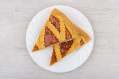Δύο κομμάτια της πίτας κουλουρακιών στο πιάτο στον ξύλινο πίνακα Στοκ Φωτογραφία