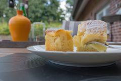 Δύο κομμάτια της πίτας μήλων με την άσπρη ζάχαρη Στοκ Φωτογραφίες