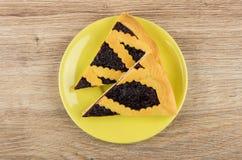 Δύο κομμάτια της πίτας μυρτίλλων στο κίτρινο πιατάκι στον πίνακα Στοκ Φωτογραφία