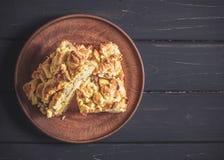 Δύο κομμάτια της πίτας στο καφετί πιάτο αργίλου Στοκ φωτογραφία με δικαίωμα ελεύθερης χρήσης