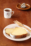 Δύο κομμάτια του βραζιλιάνου κέικ καλαμποκιού στοκ φωτογραφίες