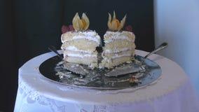 Δύο κομμάτια του κέικ γενεθλίων σε έναν ασημένιο δίσκο Γενέθλια εορτασμού ενός παιδιού φιλμ μικρού μήκους