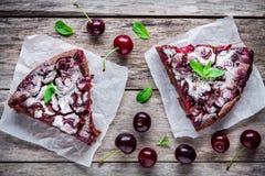 Δύο κομμάτια του κέικ Clafoutis σοκολάτας με τα κεράσια Στοκ Φωτογραφία