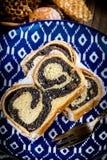 Δύο κομμάτια του κέικ poppie-σπόρου σε ένα πιάτο στοκ φωτογραφίες