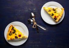 Δύο κομμάτια του πρόσφατα ψημένου σπιτικού πίτα Λωρραίνη πιτών Στοκ εικόνα με δικαίωμα ελεύθερης χρήσης