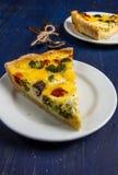 Δύο κομμάτια του πρόσφατα ψημένου σπιτικού πίτα Λωρραίνη πιτών Στοκ φωτογραφίες με δικαίωμα ελεύθερης χρήσης