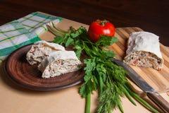 Δύο κομμάτια του ψωμιού ή lavash του ρόλου pita με το τυρί εξοχικών σπιτιών ή το γ Στοκ φωτογραφία με δικαίωμα ελεύθερης χρήσης