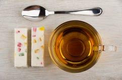 Δύο κομμάτια του pastila με τη μαρμελάδα, το κουταλάκι του γλυκού και το τσάι Στοκ Εικόνες