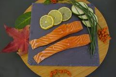 Δύο κομμάτια των κόκκινων ψαριών με τα κρεμμύδια Στοκ φωτογραφίες με δικαίωμα ελεύθερης χρήσης