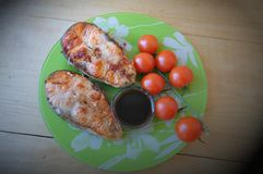 Δύο κομμάτια των φρέσκων ψαριών με τη σάλτσα λεμονιών και σόγιας Στοκ φωτογραφία με δικαίωμα ελεύθερης χρήσης