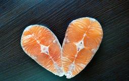 Δύο κομμάτια των φρέσκων ψαριών με τη σάλτσα λεμονιών και σόγιας Στοκ Φωτογραφία