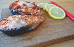 Δύο κομμάτια των φρέσκων ψαριών με τη σάλτσα λεμονιών και σόγιας Στοκ Φωτογραφίες