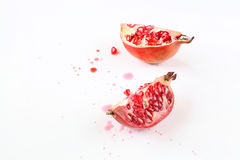 Δύο κομμάτια των φρούτων ροδιών. στοκ εικόνα