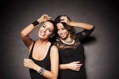Δύο κομψά κορίτσια κομμάτων Στοκ Εικόνες