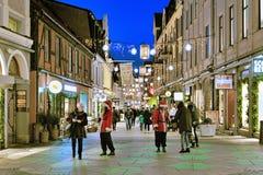 Δύο κορίτσια έντυσαν καθώς Άγιος Βασίλης διανέμει candys Στοκ εικόνες με δικαίωμα ελεύθερης χρήσης