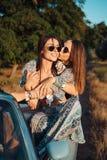 Δύο κορίτσια έχουν τη διασκέδαση στην επαρχία Στοκ φωτογραφία με δικαίωμα ελεύθερης χρήσης