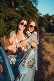 Δύο κορίτσια έχουν τη διασκέδαση στην επαρχία Στοκ Εικόνες