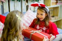 Δύο κορίτσια δίνουν τα δώρα Χριστουγέννων Στοκ Εικόνα