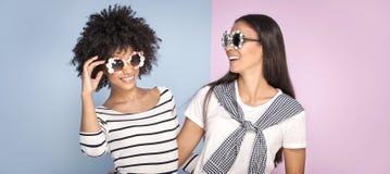 Δύο κορίτσια αφροαμερικάνων που έχουν τη διασκέδαση Στοκ εικόνα με δικαίωμα ελεύθερης χρήσης