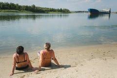 Δύο κορίτσια κάνουν ηλιοθεραπεία στοκ εικόνες