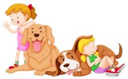 Δύο κορίτσια και δύο σκυλιά κατοικίδιων ζώων ελεύθερη απεικόνιση δικαιώματος