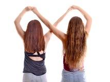 Δύο κορίτσια καλύτερων φίλων που κάνουν ένα για πάντα σημάδι Στοκ φωτογραφίες με δικαίωμα ελεύθερης χρήσης