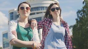 Δύο κορίτσια με τα σύμβολα του LGBT απόθεμα βίντεο
