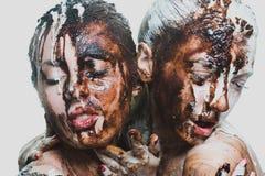 Δύο κορίτσια με την άσπρη και σκοτεινή σοκολάτα εμπαθείς γυναίκες στοκ φωτογραφία