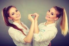 Δύο κορίτσια με τη χειρονομία καρδιών Στοκ Φωτογραφίες