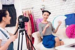 Δύο κορίτσια μόδας blogger κρατούν ψηλά τη ζωηρόχρωμη σφαίρα εγγράφου με ένα κορίτσι πίσω από τη κάμερα Στοκ φωτογραφία με δικαίωμα ελεύθερης χρήσης