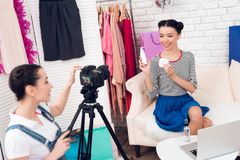 Δύο κορίτσια μόδας blogger κρατούν ψηλά το μπουκάλι με ένα κορίτσι πίσω από τη κάμερα Στοκ Εικόνα