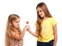 Δύο κορίτσια ξανθά με το lollipop Στοκ φωτογραφία με δικαίωμα ελεύθερης χρήσης