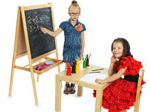 Δύο κορίτσια παίζουν στο σχολείο (σειρά) Στοκ φωτογραφία με δικαίωμα ελεύθερης χρήσης
