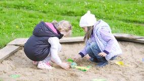 Δύο κορίτσια παίζουν στο Sandbox φιλμ μικρού μήκους