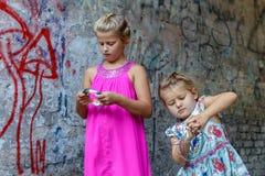 Δύο κορίτσια παίζουν στοκ εικόνες
