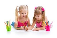Δύο κορίτσια παιδιών που σύρουν με τα μολύβια Στοκ εικόνα με δικαίωμα ελεύθερης χρήσης