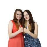 Δύο κορίτσια παρουσιάζουν αντίχειρες Στοκ Εικόνες