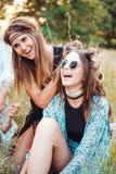 Δύο κορίτσια που έχουν τη διασκέδαση στη φύση Στοκ φωτογραφία με δικαίωμα ελεύθερης χρήσης