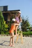 Δύο κορίτσια που έχουν τη διασκέδαση στη σφεντόνα Στοκ Φωτογραφίες