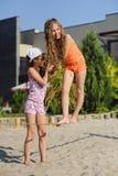 Δύο κορίτσια που έχουν τη διασκέδαση στη σφεντόνα Στοκ εικόνες με δικαίωμα ελεύθερης χρήσης