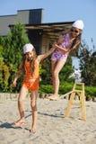 Δύο κορίτσια που έχουν τη διασκέδαση στη σφεντόνα Στοκ Εικόνα