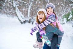 Δύο κορίτσια που έχουν τη διασκέδαση το χειμώνα Στοκ Φωτογραφία