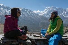 Δύο κορίτσια που απολαμβάνουν το τσάι ή τον καφέ στο κύκλωμα οδοιπορικού Annapurna, Nepa Στοκ φωτογραφία με δικαίωμα ελεύθερης χρήσης