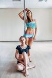 Δύο κορίτσια που θέτουν κοντά στον πόλο Στοκ φωτογραφία με δικαίωμα ελεύθερης χρήσης