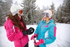 Δύο κορίτσια που κάνουν τη χιονιά να κάνει σκι Στοκ εικόνα με δικαίωμα ελεύθερης χρήσης