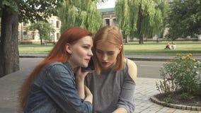 Δύο κορίτσια που μιλούν στο ίδιο τηλέφωνο απόθεμα βίντεο