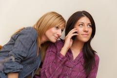 Δύο κορίτσια που μιλούν στο τηλέφωνο Στοκ φωτογραφία με δικαίωμα ελεύθερης χρήσης