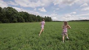 Δύο κορίτσια που παίζουν με τη σφαίρα φιλμ μικρού μήκους