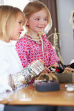 Δύο κορίτσια που παίζουν με το κόσμημα και αποτελούν Στοκ Φωτογραφία